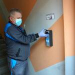 Dozowniki z płynem do dezynfekcji rąk w Głogowie