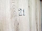Numer na drzwiach mieszkania w Głogowie. Czy to konieczne?