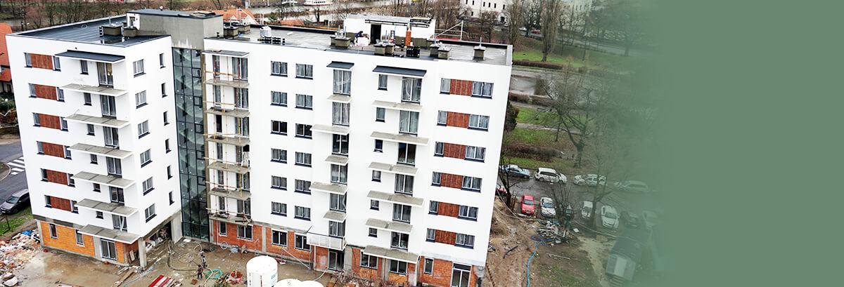 Budynek mieszkalny przy ulicy Strzeleckiej nabiera charakteru.